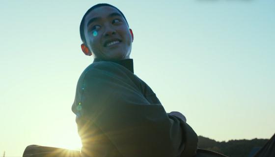 영화 '스윙키즈'는 한국전쟁 당시 전쟁 포로들이 이념을 뛰어넘어 탭댄스단을 결성하는 얘기다. 사진은 주인공 인민군 포로 로기수 역의 배우 도경수. [사진 NEW]