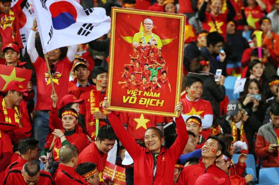 15일 베트남 하노이 미딘경기장에 모인 베트남 축구팬들이 박항서 감독의 사진과 태극기 등을 들고 응원하고 있다.[EPA=연합뉴스]