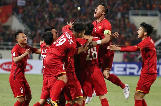 15일 열린 스즈키컵 결승 2차전 말레이시아와 경기에서 전반 6분 응우옌 아인 득의 선제골이 터진 뒤 기뻐하는 베트남 선수들. [EPA=연합뉴스]