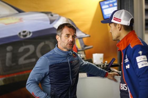 WRC의 전설 세바스티앙 롭(왼쪽)이 현대 WRC팀에 합류한다. 지난 10월 영국에서 열린 웨일즈 랠리에서 현대 월드랠리팀 다니 소르도와 대화하는 모습. [사진 현대 모터스포츠]