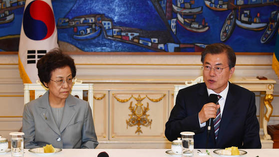 지난해 10월 문재인 대통령은 청와대에서 신인령 국가교육회의 의장에게 임명장을 수여했다. [청와대 사진기자단]