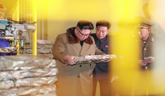 북한 매체들이 지난 1일 공개한 김정은 국무위원장의 공개활동 모습. 동해안 일대 어업 기지들을 시찰하고 있다. 약 2주만의 공개활동이었다. [연합뉴스]