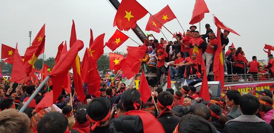 금성홍기를 흔들면서 응원전을 펼치는 베트남 팬들. 하노이=송지훈 기자