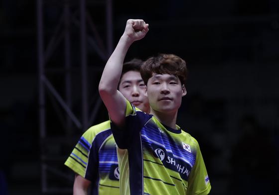 16일 인천 남동체육관에서 열린 2018 국제탁구연맹(ITTF) 월드투어 그랜드파이널스 남자 복식 결승전에서 홍콩 호콴킷-웡춘팅을 상대로 3-2로 승리, 우승을 거둔 한국 장우진(오른쪽)과 임종훈이 기뻐하고 있다. [AP=연합뉴스]