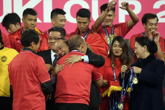15일 열린 스즈키컵 시상식에서 박항서 감독을 안아주는 응우옌 쑤언 푹 베트남 총리. [EPA=연합뉴스]