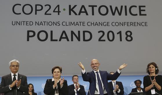 폴란드 카토비체에서 열린 제24차 기후변화협약 당사국 총회에서 당사국들은 회의를 하루 연장한 끝에 협상을 타결하는 데 성공했다. 15일(현지시각) 폐막식에서 대표단들이 환영의 박수를 보내고 있다. [AP=연합뉴스]