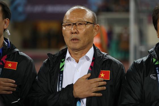 15일 오후 베트남 하노이의 미딘 국립경기장에서 열린 베트남과 말레이시아의 2018 아세안축구연맹(AFF) 스즈키컵 결승 2차전에서 박항서 감독이 국기에 대한 경례를 하고 있다. [연합뉴스]
