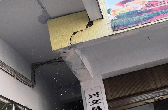 16일 오후 12시 46분 중국 쓰촨성에서 규모 5.7의 지진이 발생했다. 현지 언론을 종합하면 현재까지 2명이 부상을 당하고 일부 가옥이 무너지는 등의 피해가 발생했다. 정확한 피해 현황은 집계 중이다.[사진 신화통신=연합뉴스]
