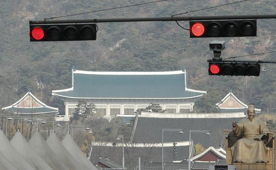 2일 서울 광화문 네거리에 청와대를 배경으로 빨간 신호등이 켜져있다. 뉴스1
