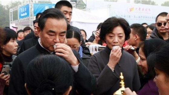 왕이 중국 외교부장 부부가 한 바자회에서 차를 마시고 있다. [자유시보 캡처]