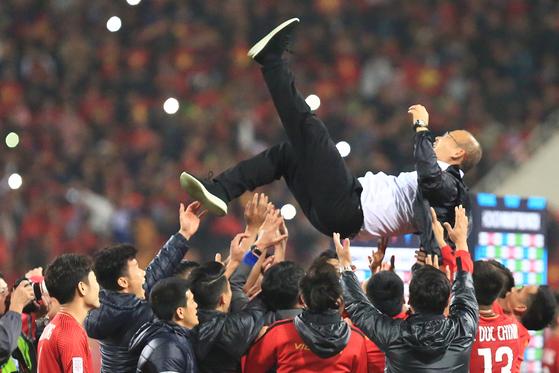 15일 오후 베트남 하노이의 미딘 국립경기장에서 열린 베트남과 말레이시아의 2018 아세안축구연맹 스즈키컵 결승 2차전에서 우승한 베트남 선수들이 박항서 감독을 헹가래하고 있다.[연합뉴스]