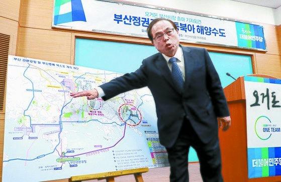지난 6·13 지방선거에서 가덕도 신공항 건설을 주장하는 오거돈 부산시장. 송봉근 기자