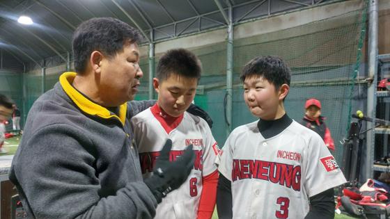 이만수 전 SK 감독(왼쪽)은 4년째 아마추어 선수들을 가르치고 있다. 인천 재능중학교 김예준·박찬수 군에게 조언하는 이만수 전 감독. [인천=박소영 기자]