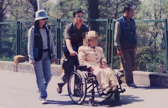 직장생활시 아내와 함께 한 휠체어 장애우의 남산 나들이 봉사활동. 봉사를 통해 장애를 겪는 이웃의 상당수가 후천적 요인에 의함을 알 수 있다. [사진 한익종]