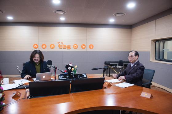 17일 오전 tbs 라디오 프로그램 '김어준의 뉴스공장'에 출연한 오거돈 부산시장(오른쪽) [부산시 제공=뉴스1]