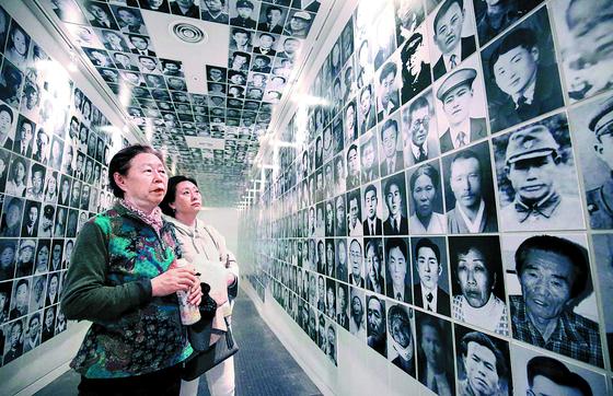 지난 4월 제주4·3평화기념관을 찾은 추모객들이 4·3 당시 숨진 희생자들의 영정을 바라보고 있다. 프리랜서 장정필