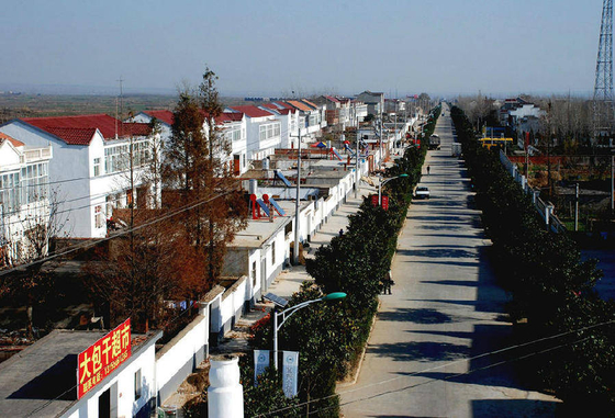샤오강촌의 모습. 간선도로 변의 주택들이 말끔히 단장되어 있지만 젊은이들이 외지로 떠나 한산한 모습이다. [사진 바이두]