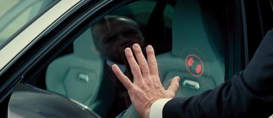 영화 '미션임파서블: 로그네이션'에서 주인공이 BMW M3의 유리창에 손바닥을 대고 차량 문을 여는 장면. [사진 파라마운트 픽쳐스]