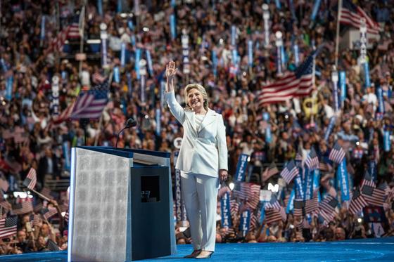 지난 2016년 민주당 대통령후보를 정하는 전당대회에서 당원들의 환호에 답하는 힐러리 클린턴 전 국무장관.