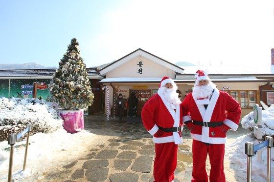 눈과 산타를 테마로 꾸며진 봉화 '산타마을'. 고즈넉한 시골역과 어우러져 겨울여행의 진풍경을 선사한다. [뉴스1, 코레일 제공]