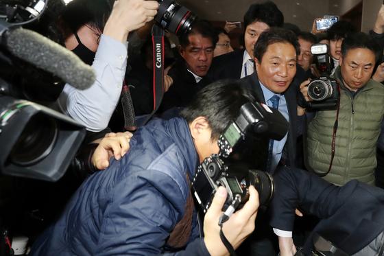 이학재 바른미래당 의원이 18일 서울 여의도 국회 정론관에서 자유한국당 복당 선언 기자회견을 마친 뒤 정보위원장직 반납을 요구하는 바른미래당 당원들의 항의를 받고 있다. [뉴스1]