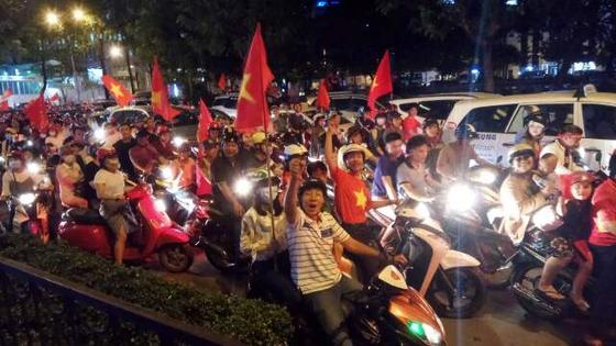 박항서 열풍으로 뜨거운 베트남 호치민 거리에서 현지인들이 지나가는 한국인들에게 환호를 보내고 있다. [독자 조하늬씨 제공]