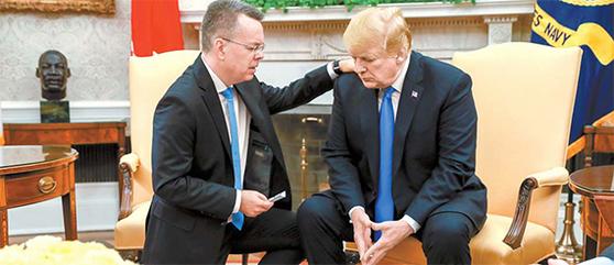도널드 트럼프 미국 대통령이 지난 10월 백악관에서 터키에서 2년간 구금됐다 풀려난 앤드루 브런슨 목사와 백악관에서 만나 기도하고 있다. [AP=연합뉴스]