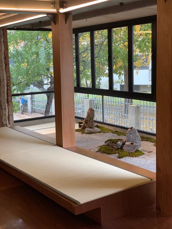카페 이이알티엔 돌과 모래로 꾸민 일본식 정원과 다다미가 있다. [사진 eert]