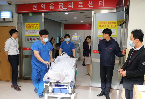 18일 오후 강원 강릉시 한 펜션에서 숙박 중 의식을 잃은 채로 발견된 고교생 중 한 학생이 강릉 아산병원 응급실로 이송되고 있다. [뉴스1]