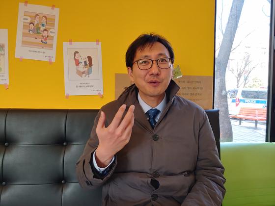 풍등 화재 피의자 A의 변호인인 민변 최정규 변호사가 A의 무혐의를 주장하고 있다. 김민욱 기자