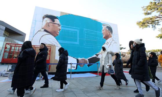 정부는 최근 청와대 인근 사랑채 앞에 문재인 대통령과 김정은 북한 국무위원장이 악수하는 대형 그림을 설치했다. 일각에선 정상회담 준비 차원이라는 관측이 많았다. [사진 뉴스1]