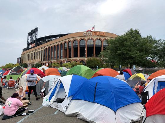 BTS 공연 이틀전 시티필드 광장은 좀더 가까이서 멤버들을 보려는 '아미'들이 텐트촌을 형성했다. 뉴욕=심재우 특파원