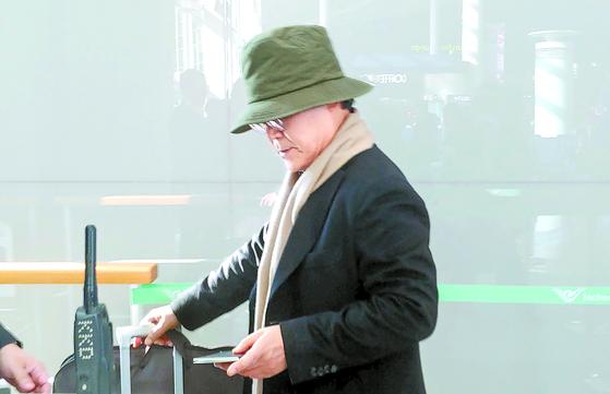 우윤근 주러시아 대사가 17일 오전 인천국제공항에서 러시아 모스크바로 출국하고 있다. [연합뉴스]