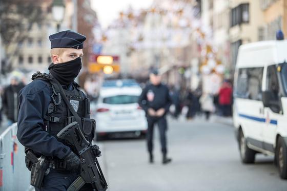 총을 든 프랑스 경찰이 15일 스트라스부르 (Strasbourg)시내에서 테러 의심 차량에 대해 검문, 검색을 하고 있다. [AP=연합뉴스]