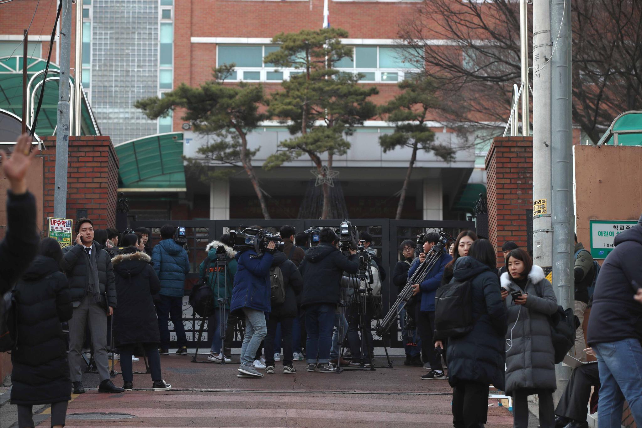 서울 갈현동 대성고에서 기자들이 진을 치고 있다. 오종택 기자