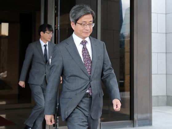 김명수 대법원장이 18일 오후 서울 서초구 대법원을 나서고 있다. 대법원은 이날 '양승태 대법원' 당시 사법농단 의혹에 연루돼 징계에 회부된 판사 13명 중 8명에게 정직 등 징계처분을 내렸다. [뉴스1]