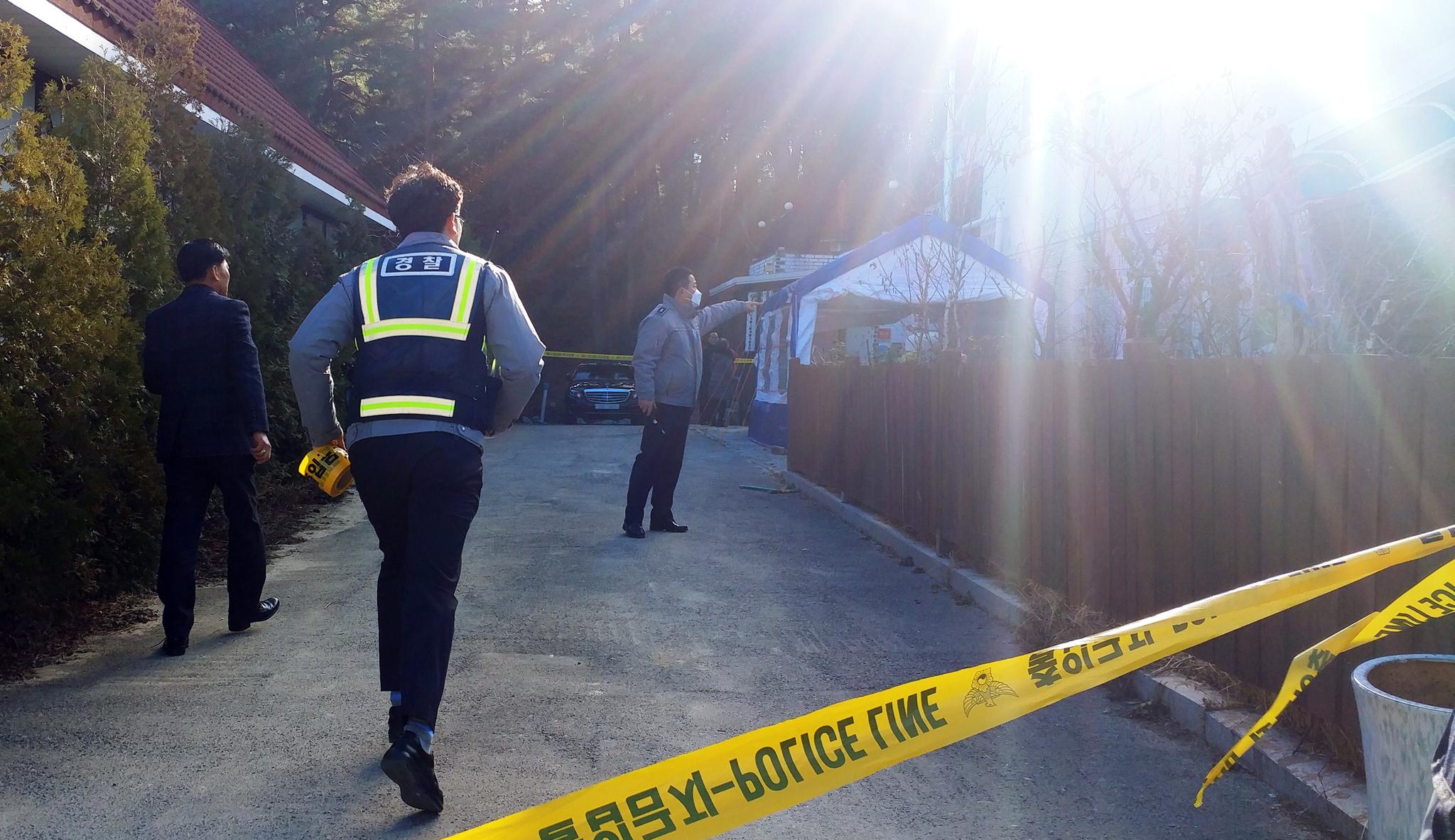 18일 오후 강원 강릉시 경포의 한 펜션에서 학생 10명 가운데 4명이 숨진 사고가 발생하자 경찰이 입구를 통제하고 조사를 하고 있다. [연합뉴스]