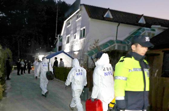 경찰 과학수사관들이 18일 현장 감식을 위해 강릉 아라베이크 맨션 201호실로 올라가고 있다. 김상선 기자