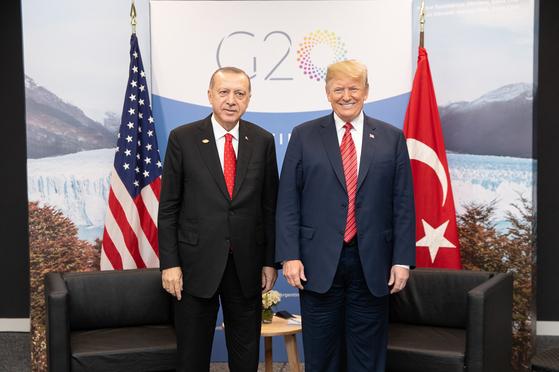 지난 1일 G20 정상회담에서 에르도안 터키 대통령과 트럼프 미국 대통령이 만났다. [UPI=연합뉴스]