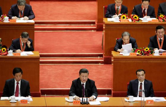 시진핑(사진 가운데) 중국 국가주석이 18일 오전 베이징 인민대회당에서 열린 개혁개방 40주년 대회에서 중요 연설을 하고 있다. [로이터]