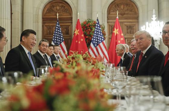 지난 1일 아르헨티나 부에노스 아이레스에서 열린 미국과 중국의 정상회담에서 시진핑 중국 국가주석(왼쪽 첫째)과 도널드 트럼프 미국 대통령(오른쪽 첫째)이 대화하고 있다. [AP=연합뉴스]