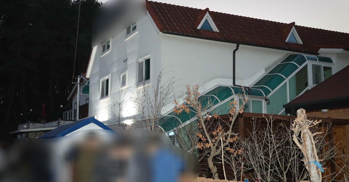 경찰 과학수사관들이 18일 현장 감식을 위해 사고가 난 펜션 201호실로 올라가고 있다. [중앙포토]