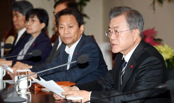 문재인 대통령(오른쪽)이 17일 오후 청와대 여민관에서 열린 수석보좌관회의를 주재하고 있다. [청와대사진기자단]