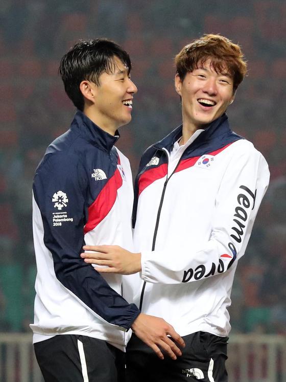 지난 9월1일 아시안게임 금메달을 합작한 뒤 기뻐하는 손흥민(오른쪽)과 황의조(왼쪽). 두사람은 KFA 올해의 선수 유력한 후보다. 김성룡 기자