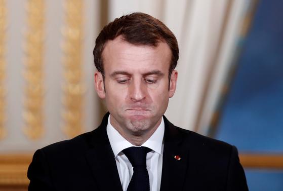 에마뉘엘 마크롱 프랑스 대통령이 17 일 프랑스 파리 엘리제 궁전에서 부르 키나 파소 (Brukina Faso) 대통령과의 미디어 컨퍼런스에 참석해 발언하고 있다. [AP=연합뉴스]