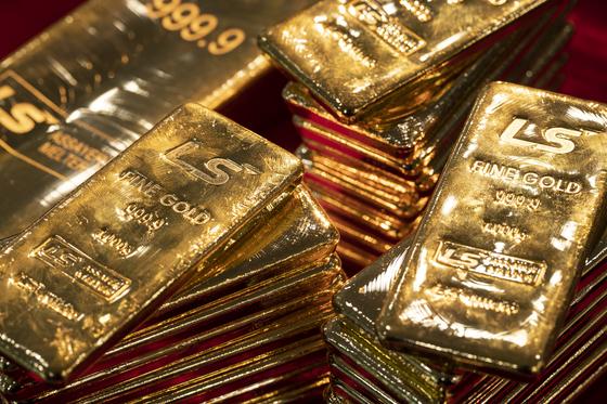 국내 최대 금 제련업체인 울산 'LS-Nikko동제련'에서 생산한 금괴 더미. 2017년 한 해 생산량만 약 41톤이다. 김현동 기자