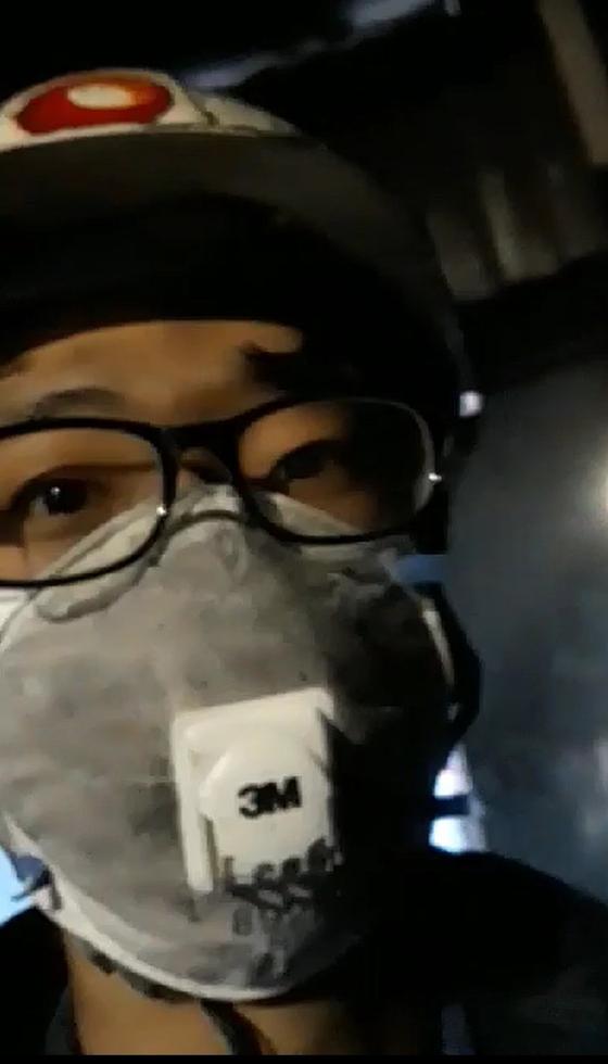 지난 11일 숨진 고 김용균씨 휴대전화에 남아 있던 동영상. 그는 석탄가루가 날리자 휴대전화 렌즈를 닦은 뒤 다시 컨베이어벨트 이상 유무를 확인했다. [사진 고 김용균 시민대책위원회]