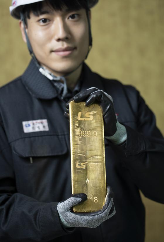 LS-Nikko동제련에서 생산한 금괴중 가장 큰 규격인 12.5kg 금괴. 들고 서있기 벅찬 무게다. 김현동 기자