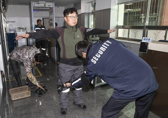 귀금속 생산라인에서 나오는 작업자가 검색을 받고 있다. 공장을 드나들수 있는 유일한 출입구에는 금속탐지기까지 설치했다. 신발까지 벗고 검사를 마쳐야 공장을 나설 수 있다. 김현동 기자
