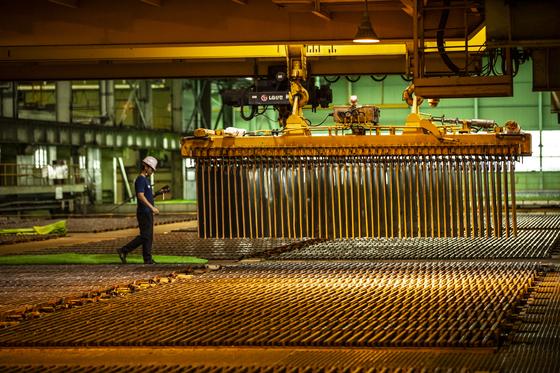 정제조동은 약3주간 황산용액이 담긴 초대형 수조에서 전기분해가 진행되면 비로소 순도 99.99%의 전기동으로 완성된다. 이 과정에서 침전된 끈적한 슬라임을 모아 정제하면 금,은,백금,셀레늄,팔라듐 등이 추출되게 된다. 김현동 기자